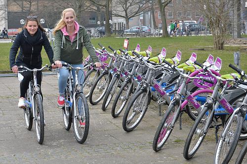 Die Studentinnen Sinja Dittmann und Stefanie Knutz entwickelten mit Kommilitoninnen im yooweedoo-Wettbewerb die Idee zum campusrad. Foto/Copyright: Jürgen Haacks, CAU